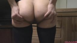Ung korthåret pige med små bryster beder om at få sperm